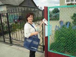 Мне было сложно даже представить, как можно с такой нелёгкой сумкой пройти через весь город, затем — почти до автомобильного моста через Пижму, а потом ещё вернуться на почтамт. А вскоре и вовсе выяснилось, что тяжёлая сумка и большие расстояния — это ещё не предел моим испытаниям.   На снимке: Людмила Вахренева.