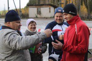 Глава города Н. А. Малков поздравляет победителя  Владислава Шутылева.