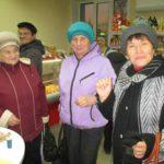 Присутствующих в магазине больше интересовали новинки.  На снимке внизу: менеджеры В. И. Киселёв и А. В. Адамов. ФОТО АВТОРА. «ВТ».